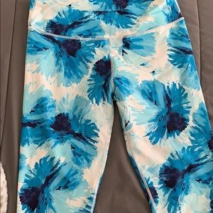 Size Large lightly worn Fabletics leggings.